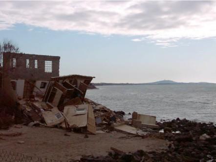 """Contre """"les forces de la mer"""", la lutte est inégale. Photo EID."""